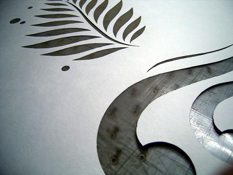 巻きの和紙をデザインで抜く。