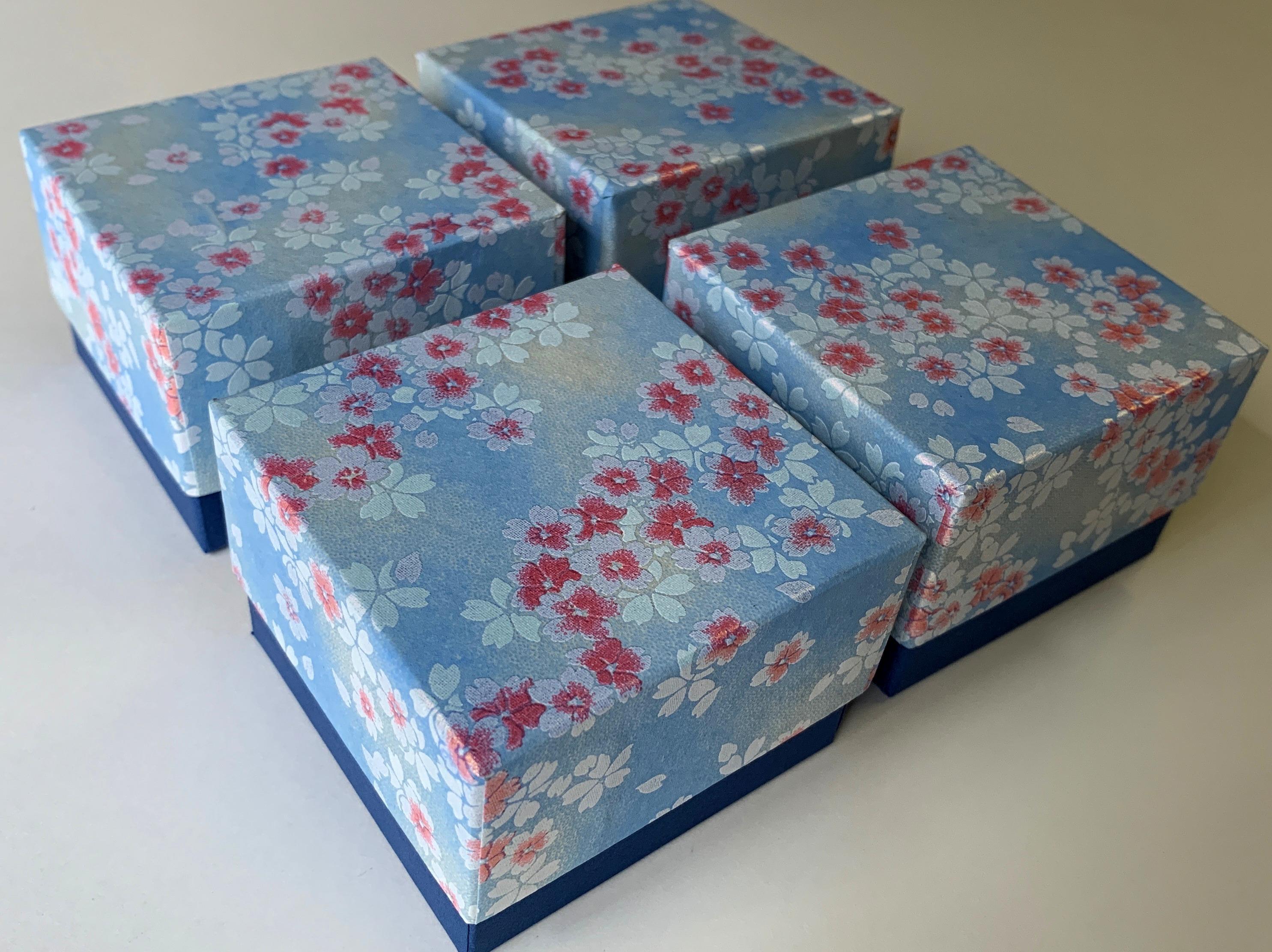 千代紙と鳥の子紙を使用した青色が基調の小箱をスイスに向けて発送しました