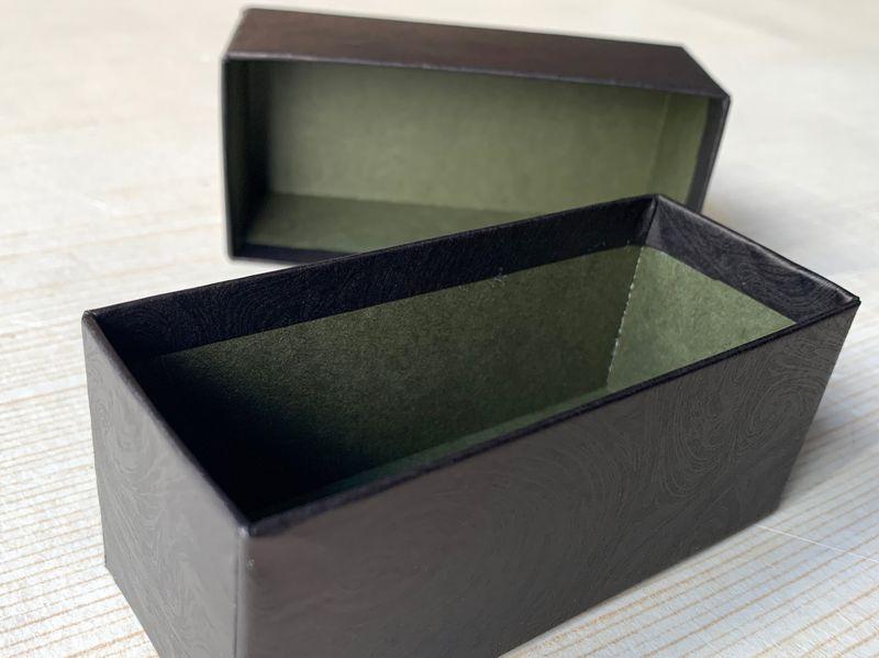 新製品の男性用化粧品を収納する手加工で作製した別注の貼箱