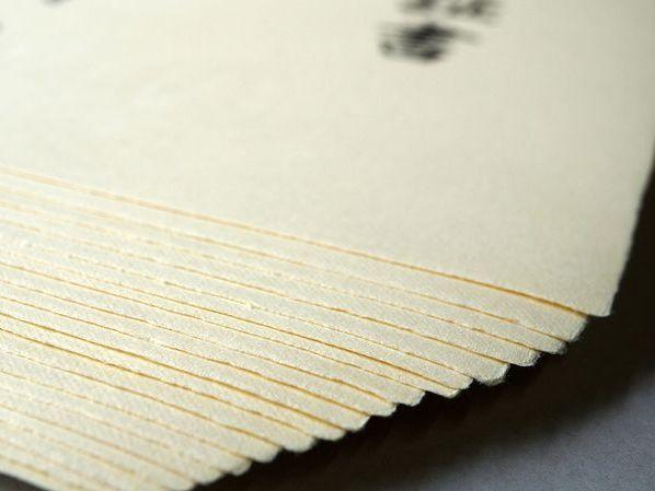 透かし入り別注の卒業証書用紙は四方が耳付きになっています。