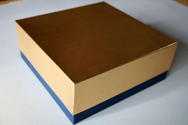 金色ホイル紙の小間紙と紺色の特種紙を使って別注で作製した洋菓子用貼り箱のギフトボックス。