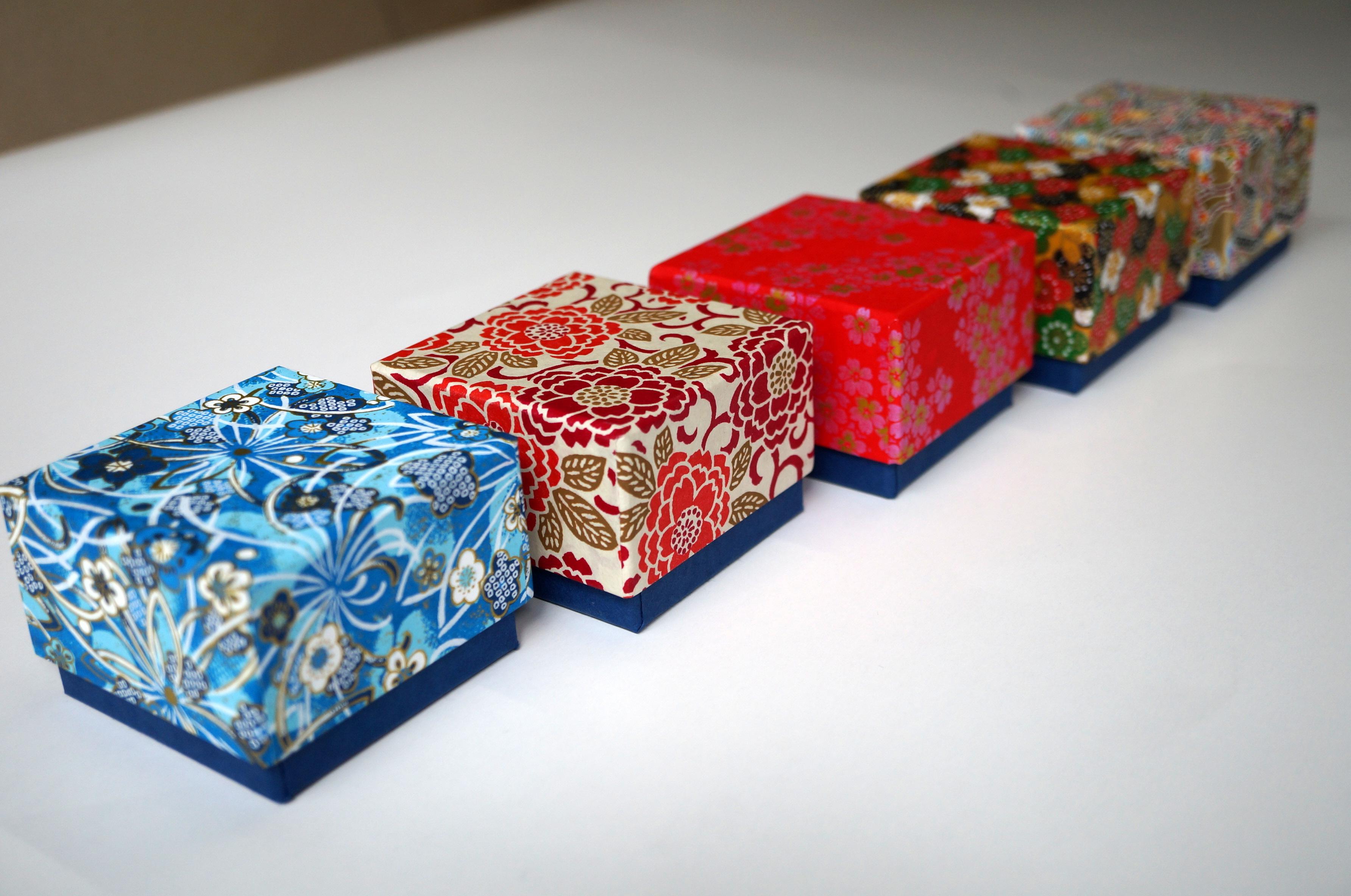 5柄の千代紙を使った貼り箱を別注で作製させていただきました。