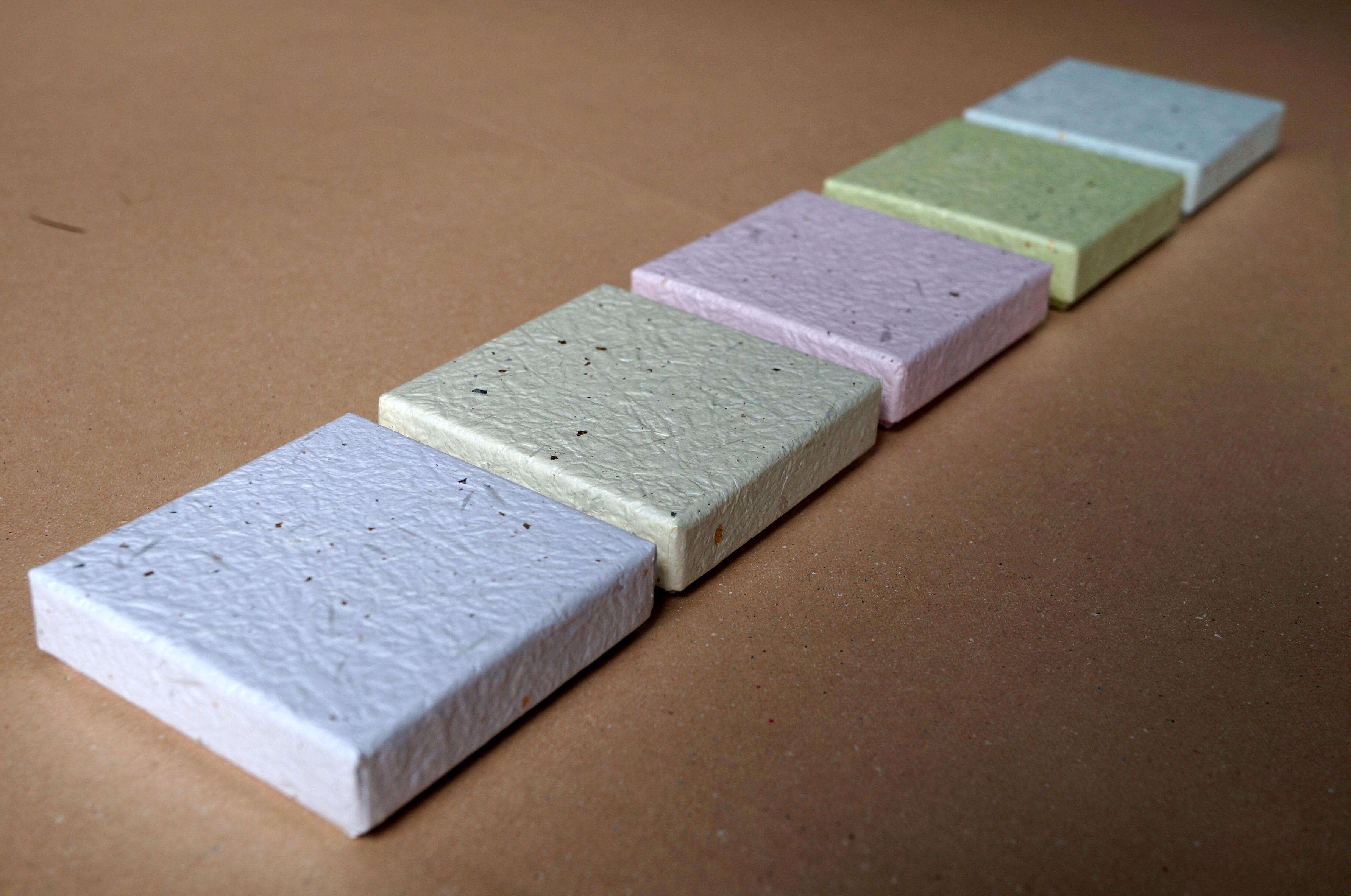 商品のイメージに合わせ、5色のもみ紙で新商品用の小さな貼り箱を別注にて作製しました。