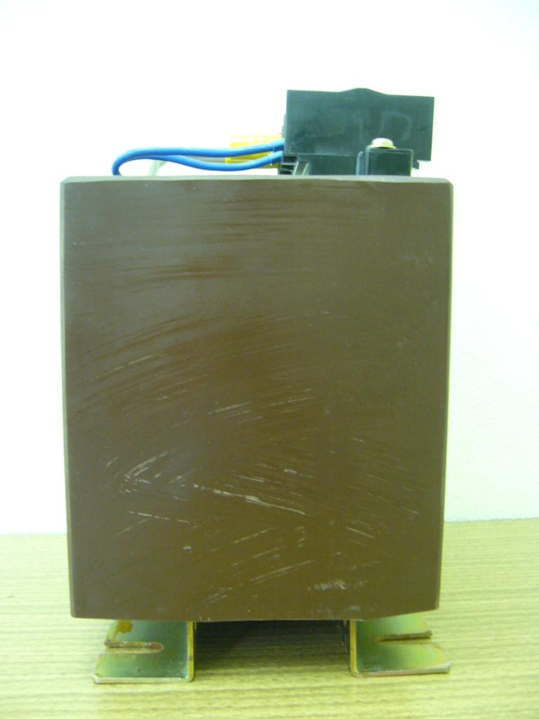 側面から見たレジンモールド変圧器