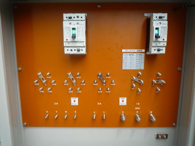 正面にある端子接続板 トランスの入出力接続を行います。