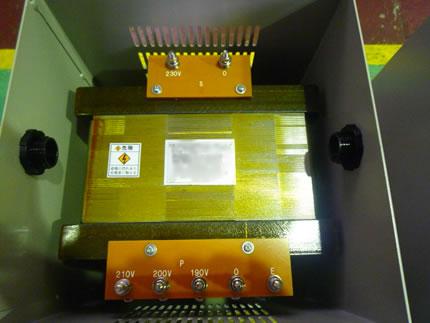 入力側は任意のタップ切り替えて出力を調整するアップトランス