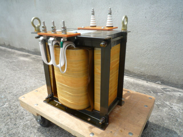入力側接続端子 混触防止板付き絶縁トランス