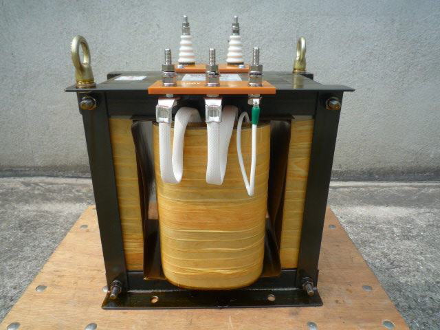絶縁変圧器の1次側接続端子