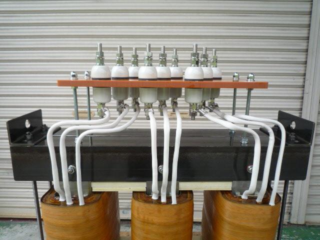 端子接続はブッシングM12スタッドボルト