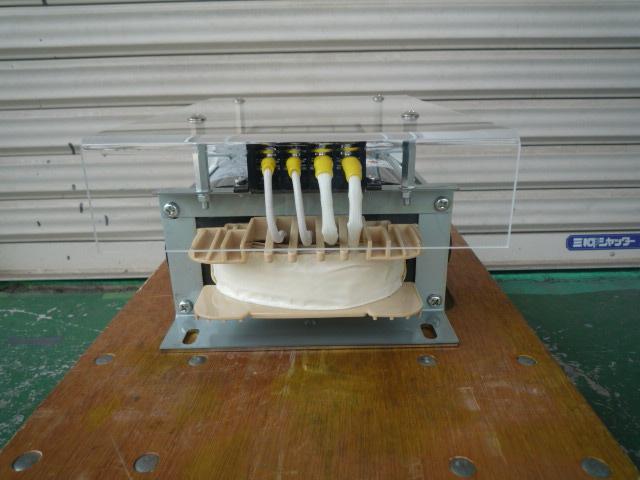向かって右側が出力側回路 左側が入力回路 のトランス接続部