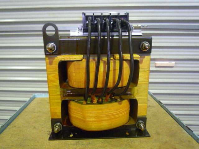 一次切替方式で出力電圧を任意で選んで使うトランス