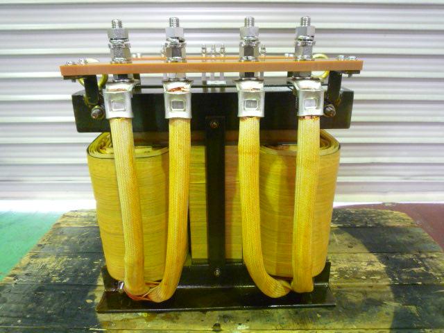 二次側電圧を1次側入力端子を切りかることで可能にするのが1次切り替え式変圧器の特長だ