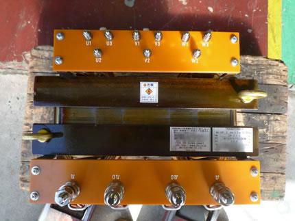 上部一次側3タップ×三相で9端子から構成されている