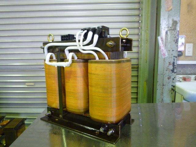 三相から単相変換する変圧器 高調波削減対応器