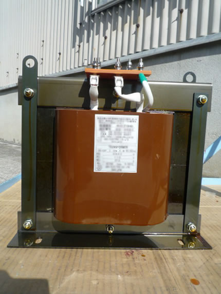 低圧側は端子板でスタッド端子でスタッドボルトで接続