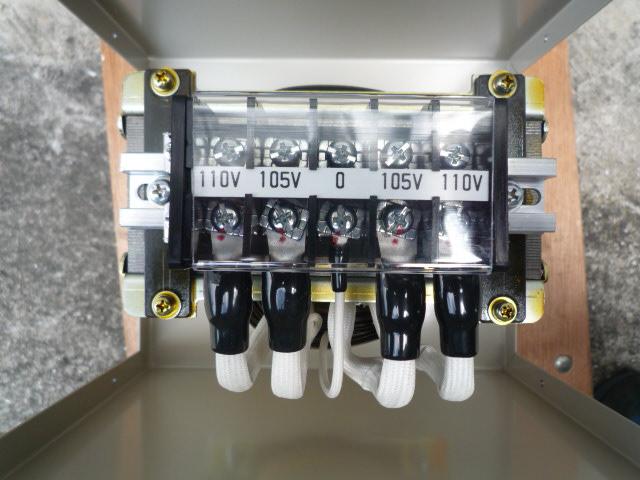 真ん中の0を挟んで電圧が表示されている変圧器