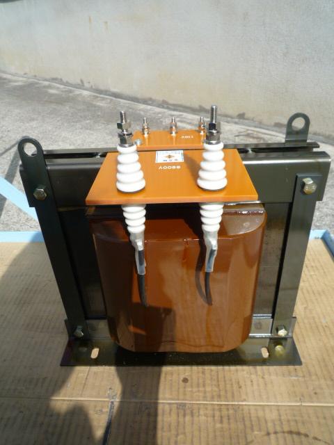 高圧側端子は碍子のスタッドボルト端子で接続します