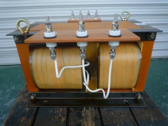 高圧側端子は合せ碍子を採用して絶縁を確保している 磁気漏れ変圧器