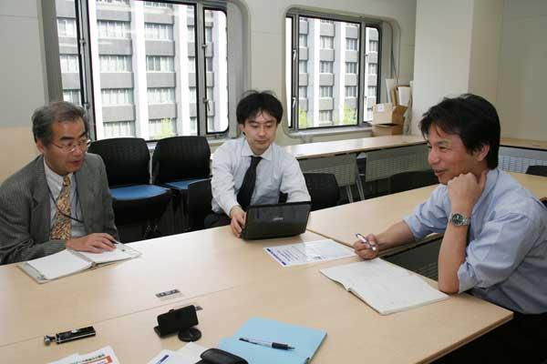産業技術総合研究所の新田さん(中)と竹田さん(右)