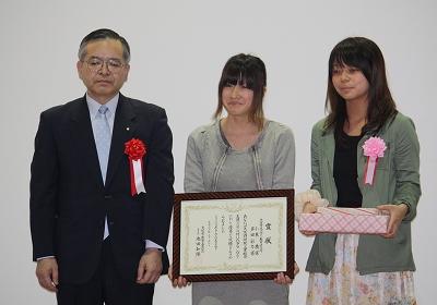 大阪市教育委員長賞(左から大阪市教育委員会中尾次長、受賞者の小東さん、多田さん)