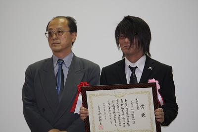 大阪市長賞(左から大阪市藤堂課長、受賞者を代表して松井さん)