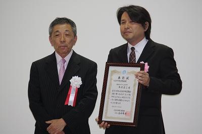 大阪府印刷工業組合賞(左から西井理事長、受賞者の木村さん)