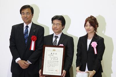 大阪府知事賞(左から木村副知事、受賞者の村中さん、施さん)
