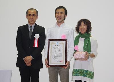 審査委員長賞(審査委員長の寺井教授、受賞者の米田さん、松尾さん)