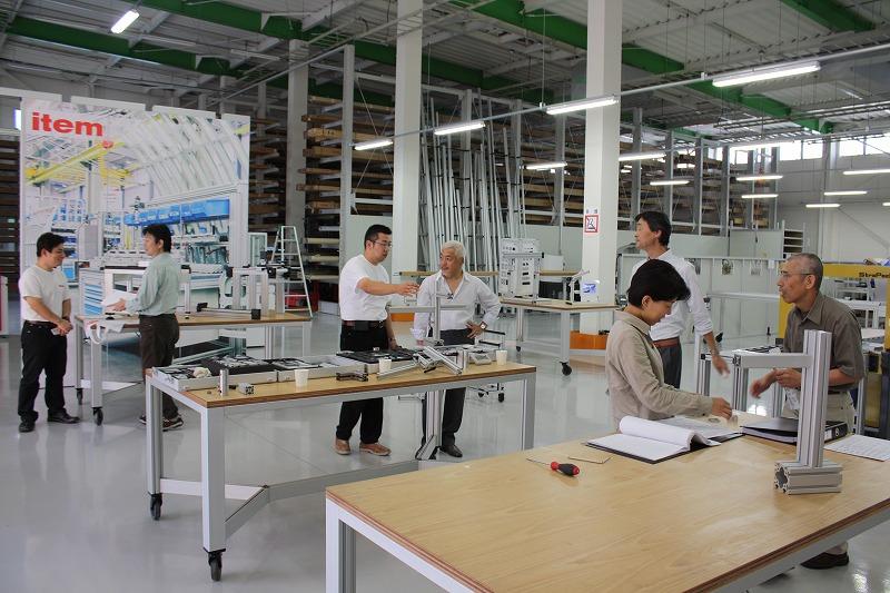 工場見学(左:塩浦さん、左から3人目:野田さん)