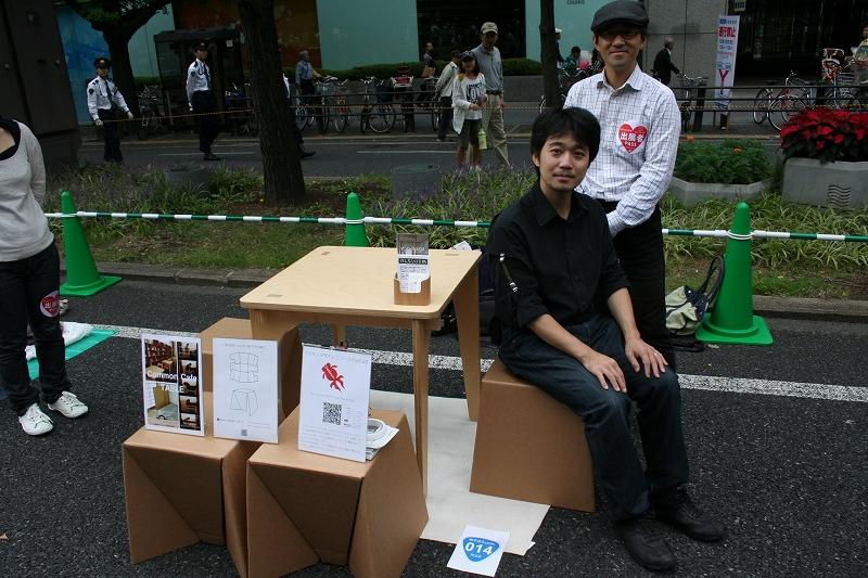 北条さんと吉永さんによるダンボール椅子とテーブルの街頭展示