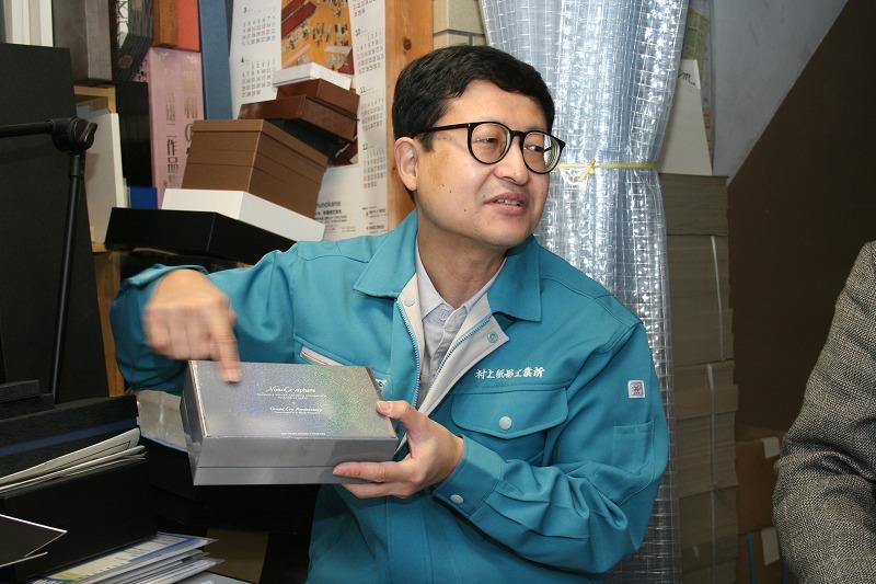 高級感のある貼箱を説明する村上氏