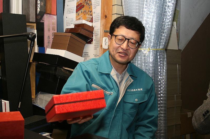 感性品質を目指して貼箱を説明する村上氏