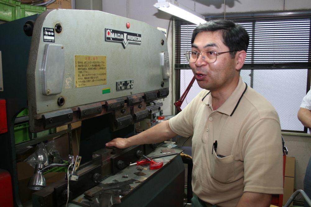 加工機を説明する鈴木さん