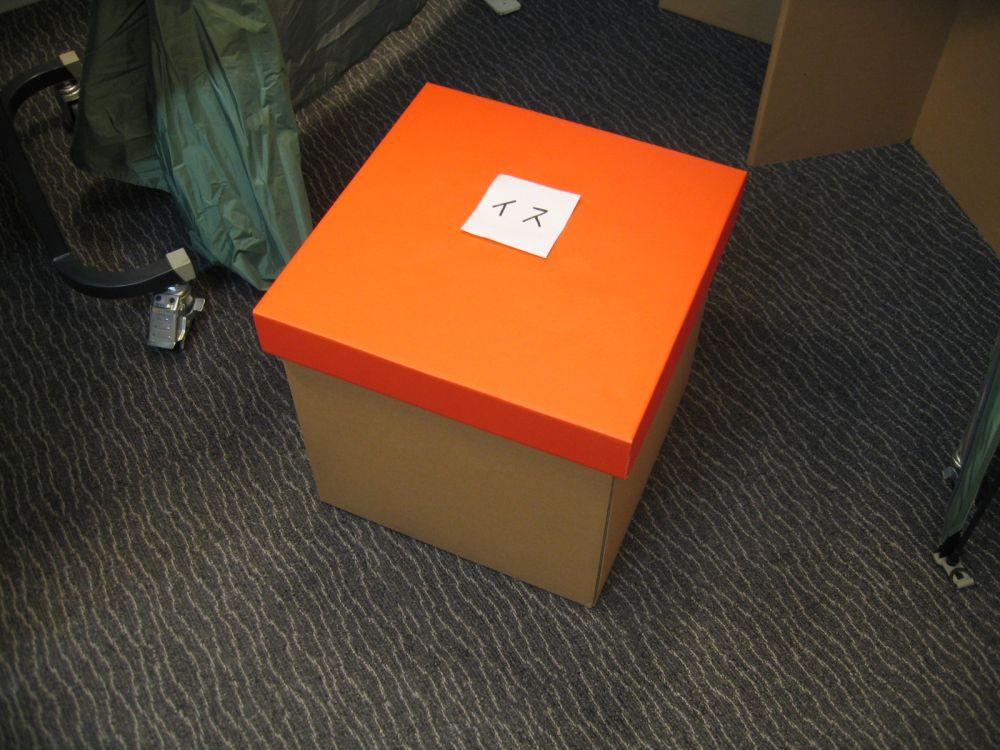 段ボール製の組み立て式椅子