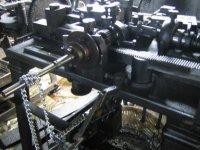 """しっかりとした曲げ加工が出来るように、現在も、カムや歯車から成る""""メカ""""でチェーンを生み出しています。"""